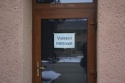 Lidé šli v sobotu v Hrušce k urně. Rozhodovali, zda poslat starou školku k zemi.