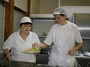 Ve školní jídelně ZŠ Doktora Horáka v Prostějově se vaří pro více než tisíc lidí.