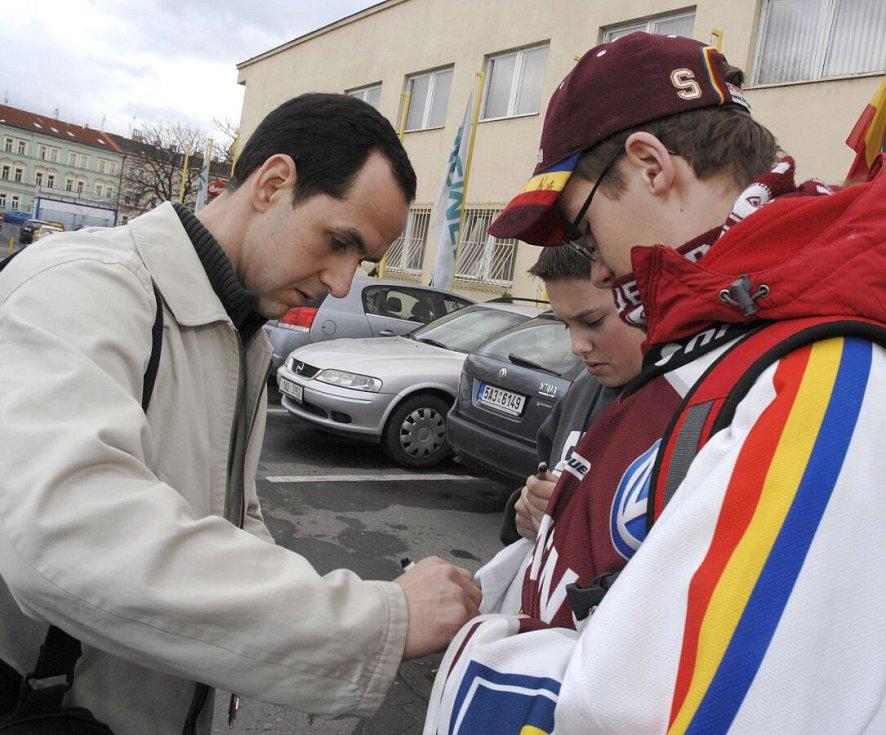 březen 2008. Jiří Vykoukal s fanoušky Sparty před halou