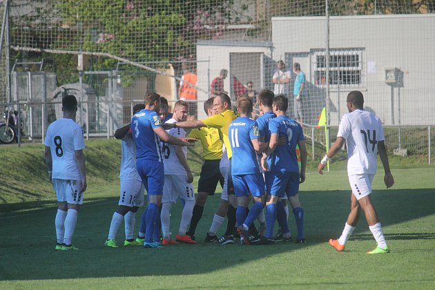 Fotbalisté Prostějova (v modrém) porazili Vyškov 2:1