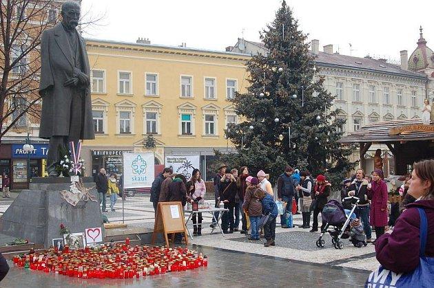 Minutou ticha uctili při zapálených svíčkách v Prostějově lidé Václava Havla.