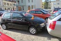Mladá žena chtěla zaparkovat, manévr se jí však příliš nepovedl.