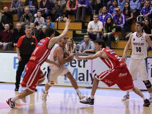 Orli (v bílém) proti Nymburku