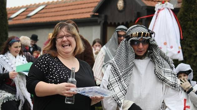 Průvod masek zahájil masopustní veselí v Pivíně.
