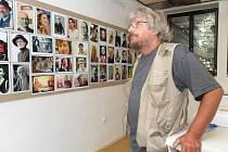 Dvě stě dvacet portrétních fotografií vystavuje známý prostějovský fotograf Bob Pacholík v Galerii u Hanáka ve Školní ulici
