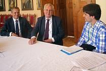 Návštěva prezidenta Miloše Zemana na zámku v Čechách pod Kosířem - exkluzivní rozhovor s redaktorem Deníku Michalem Sobeckým