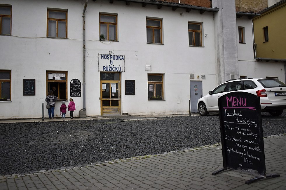 Prostějovské restaurace a pivnice čekají netrpělivě na pondělní restart výčepů. Zahrádky jsou zatím opuštěné.