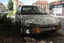 Na nejednom parkovišti v Prostějově můžete najít podobné vraky. Problém nikdo neřeší, zbytky aut přitom zabírají parkovací místa.