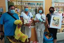 Předávání hraček a knížek na Dětské klinice v Olomouci