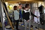 Prodejní akce u módní návrhářky Katky Majerové v Hrušce na Prostějovsku.