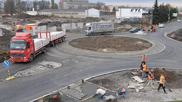 Stavební práce na kruhovém objezdu u budoucího Obi jsou v plném proudu