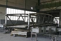 Most je z oceli. Na délku měří téměř šestadvacet metrů, jeho šířka je necelé tři metry. Váží patnáct tun.