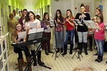 Děti ze základní školy v Přemyslovicích a ZUŠ v Plumlově potěšily před vánoci svým vystoupením pacienty na oddělení pro dlouhodobě nemocné v prostějovské nemocnici.