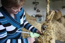 Iveta Slezáčková při výrobě slaměného zajíce