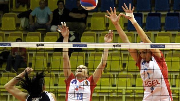 Volejbalistky Prostějova (ve světlém) v play-off proti Šternberku