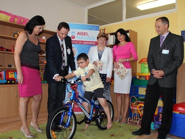 Předání dárků nemocnému Kristiánovi na dětském oddělení Nemocnice Prostějov, jehož tato nadace dlouhodobě podporuje