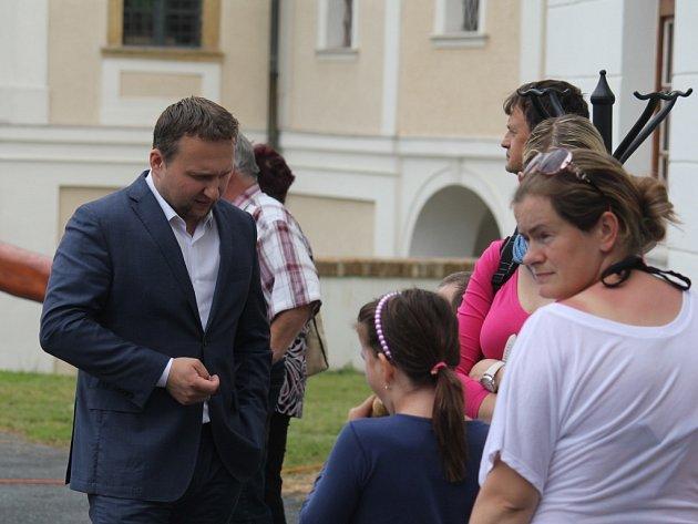 Do Konice dorazil při své návštěvě Prostějovska Marian Jurečka. Ministr zemědělství zasadil strom, pohovořil ozemědělství a zúčastnil se debaty smístními studenty ipodnikateli.