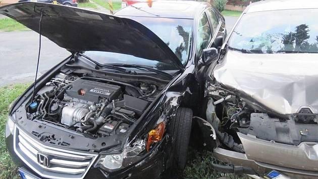 Při páteční nehodě v Kostelci se nikdo nezranil. Vznikla však škoda za více než sto tisíc korun.