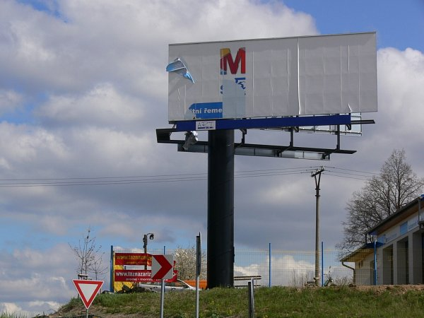 Černá stavba vpodobě billboardu uVranovic-Kelčic