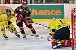 Hokejisté Prostějova (v černém) v hanáckém derby proti Přerovu