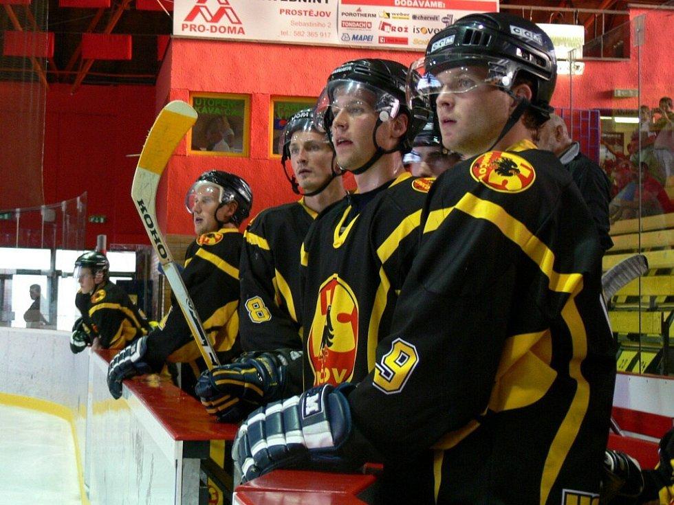 V prvním utkání sezony si Jestřábi pozvali uničovské hokejisty.
