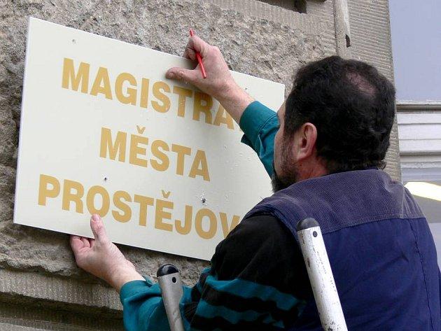 Osazení cedule označením prostějovského magistrátu