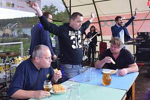 Maxijedlík Jaroslav Němec na soutěži v pojídání tvarůžkových kremrolí během Kosíř festu ve Lhotě pod Kosířem (muž v černé mikině s bílým nápisem)