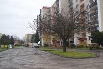 Oprava parkoviště ve vnitrobloku na Kostelecké ulici počítá i s novými parkovacími místy