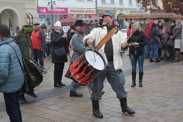 Sobotní masopustní program přilákal na masky, zabijačkové speciality či soutěže stovky lidí. Foto: Deník/Michal Sobecký