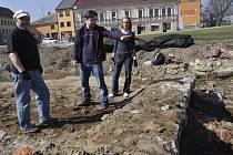 """Přerovští archeologové se vrátili po zimě opět na """"místo činu"""" a začali bádat v místech bratrské školy v lokalitě Na Marku, kde byly loni učiněny významné objevy evropského významu. Hned první den našli dva církevní medailonky ze 17. až 18. století."""