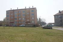 V ulici 9. května v Plumlově vyroste na zelené ploše nové parkoviště (na snímku přibližně vpravo)