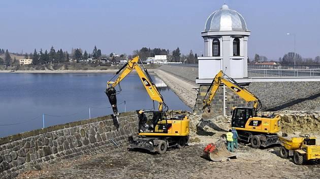 Plumlovská přehrada 26. března 2021. Velká rekonstrukce výpusti Plumlovské přehrady už běží. Nízká hladina odkrývá část dna a starou hráz