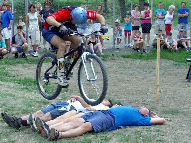 Lehnout si pod rozjeté kolo chce od statečných dobrovolníků notnou dávku pevných nervů.