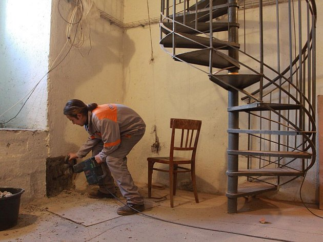 Budování nového schodiště v radniční věži v Prostějově