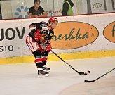 Hokejisté Prostějova (v černém) doma porazili Jihlavu 3:2.Lukáš Žálčík (Prostějov)