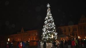 Na prostějovském náměstí už svítí vánoční strom