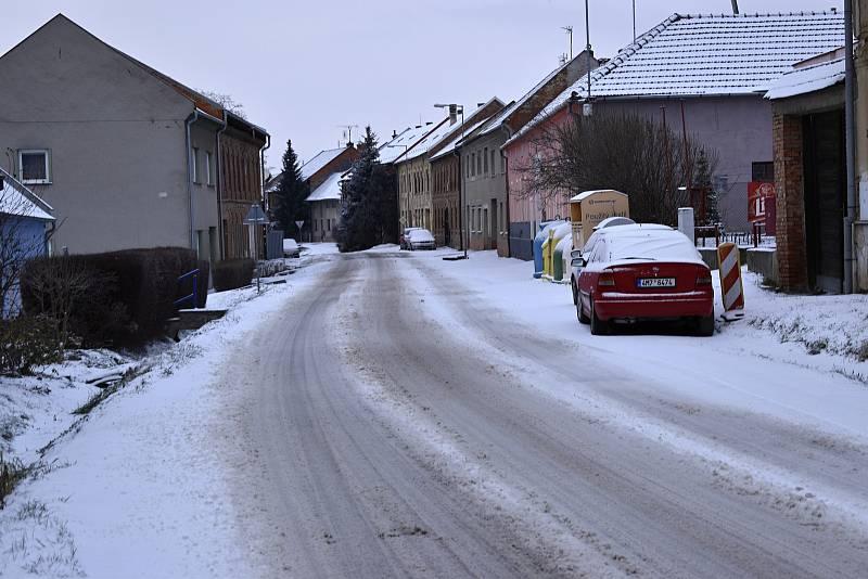 Sníh a ledovka na cestách - Studenec na Prostějovsku - 8. 2. 2021