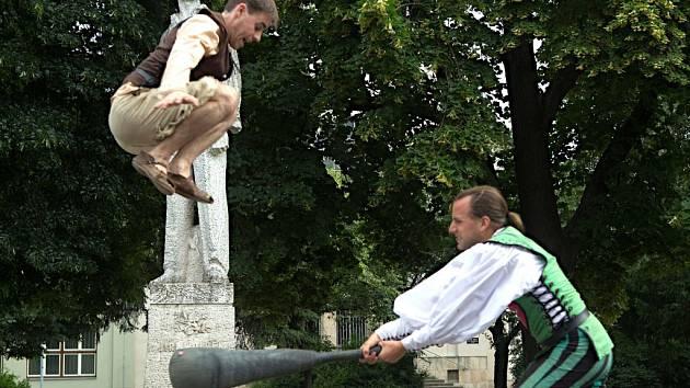 Zahájení 58. ročníku festivalu poezie - Wolkrův Prostějov, Komediální akrobatické vystoupení spojené s předáním symbolického klíče od městských bran