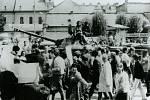 Protestní průvod kolem sovětských vojáků před Národním domem v Prostějově