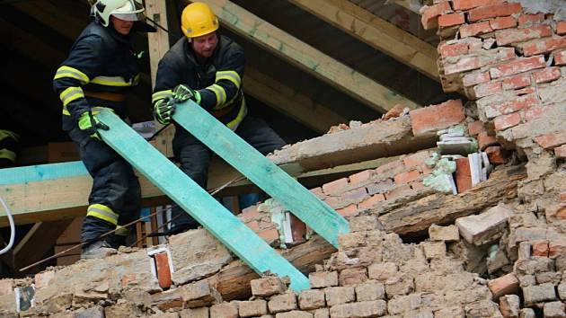 Zásah hasičů u sesunutí štítové stěny rodinného domku ve Štětovicích na Prostějovsku