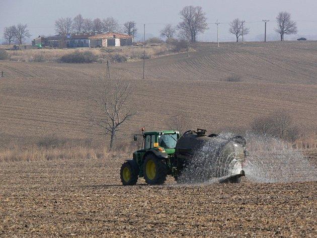 Jarní práce na polích