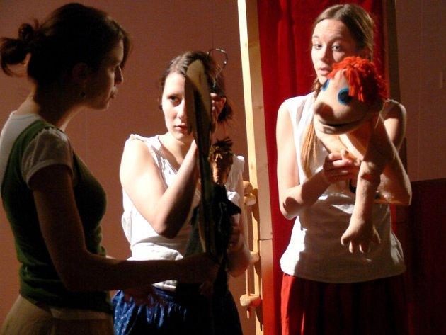 Soubor Bombičky při představení Tři sestry a jeden prsten