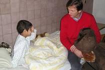 Orli na charitu myslí celý rok, například o vánocích hráči navštívili dětské oddělení prostějovské nemocnice.
