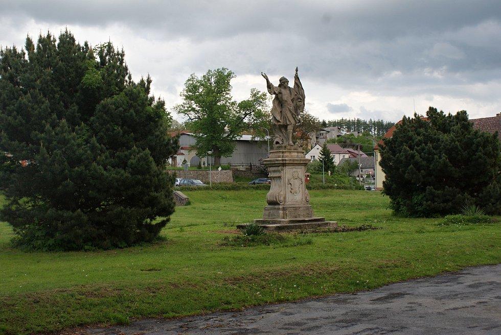 Socha svatého Floriána před konickým zámkem