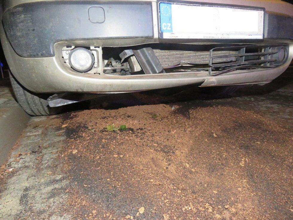 Řidička přehlédla trčící poklop kanalizace