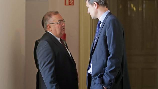 František Tuhý (vlevo) u prostějovského soudu v Prostějově