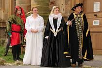 Tradiční noční prohlídky přiblížují návštěvníkům historii a zajímavé pověsti plumlovského zámku
