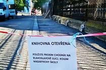 Cesta do prostějovské knihovny připomíná překážkovou dráhu. Komplikuje ji rekonstrukce křižovatky na Vápenici a Kostelecké ulici a také oprava plotu prostějovského zámku