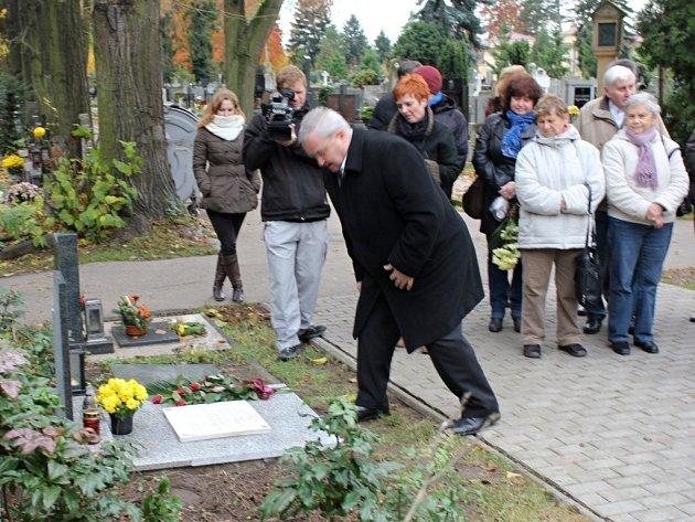 U hrobu Alfonse Jindry na prostějovském hřbitově. Ilustrační foto