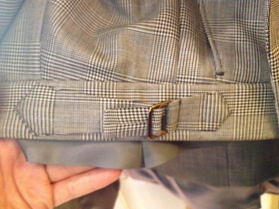 Pro novou bondovku Spectre šila prostějovská oděvní firma osmnáct obleků a šest sak. Na fotce detail kalhot, které filmoví tvůrci požadovali.